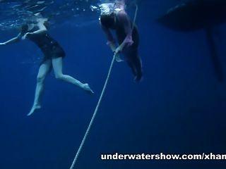 ناستيا وماشا هي السباحة عارية في البحر