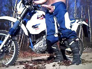 الديك، وانك على دراجة نارية. مثير جدا. كسكسكسكسكس