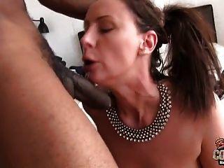ناضجة زوجة لارا مارس الجنس بواسطة أسود عشيق بينما بعل بعيدا