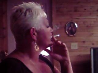 الساخنة كبار السن أسد امريكي التدخين منفردا