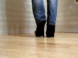 المشي في أحذية عالية الكعب