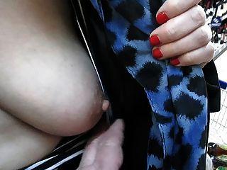 لمس لها الثدي في السوق