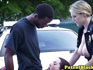 فيمدوم شرطي الكمامات على الديك الأسود و يحصل مارس الجنس