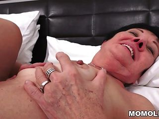 غريب الجدة مارس الجنس بعد التدليك