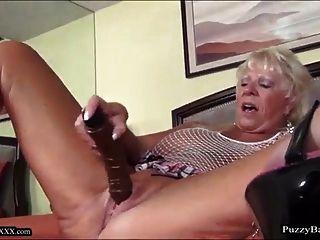 72 سنة الجدة القديمة يشتهي الديك الأسود الكبير