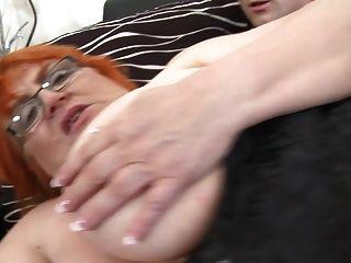 جدة سبو مارس الجنس بواسطة شاب صبي
