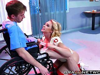 سوبر ممرضة كاغني لين كارتر يشفي لها المريض داني d