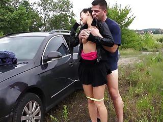 فتاة مع كبير الثدي يحصل مارس الجنس في جمهور