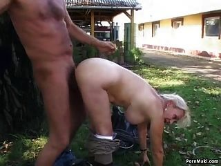 الجدة يحصل مارس الجنس في الفناء الخلفي