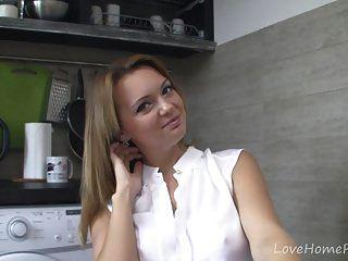 كتي حقيقي و لها شقي جلسة في مطبخ