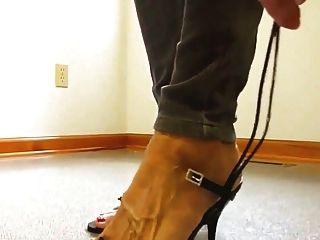 سيدة ناضجة أقدام عارية أحذية عالية الكعب