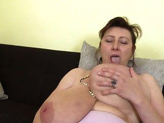 رائع أمي مع سوبر الثدي و العضو التناسلي النسوي جائع