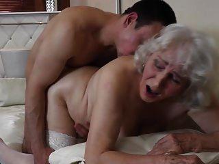 جدة مع شعر مهبل وجود جنس مع صبي