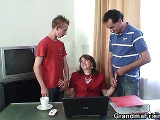 مكتب 3some مع 80 سنة الجدة في جوارب