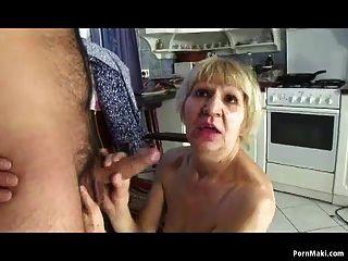 الجدة الملاعين مع ابنها مقابل المال