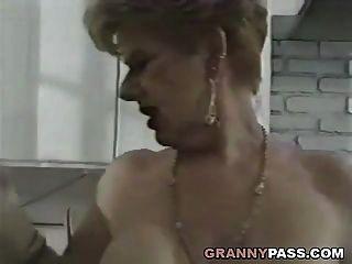 الجدة الملاعين الشباب ديك في المطبخ