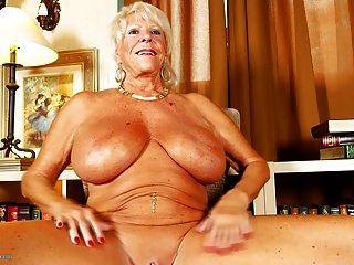 الجدة القديمة مع ضخمة الثدي و المدبوغة الجسم