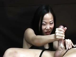 المرأة الآسيوية تعذيب له بعد النشوة هاندجوب