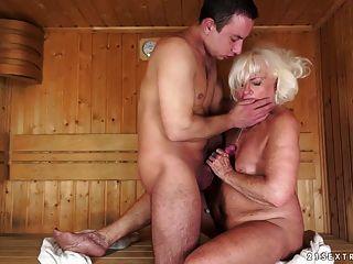 الجدة مارس الجنس في ساونا