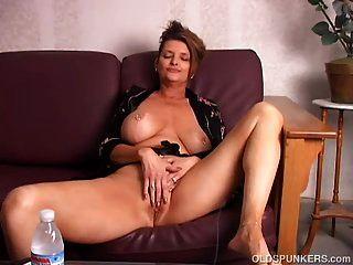 جميلة كبير الثدي القديمة سبونكر اللعب مع لها العصير كس