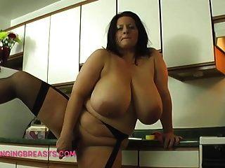 أكبر الثدي من أي وقت مضى في المطبخ بالقرب منك