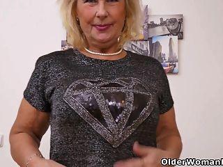 الجدة جيجي أصابع لها ضيق العضو التناسلي النسوي