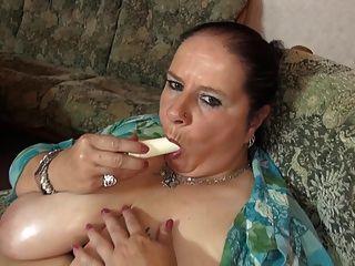 ناضجة أمي كبيرة مع كبير الثدي العصير و العضو التناسلي النسوي جائع