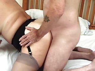 الدهون الحمار البريطانية ناضجة و 2 الملاعين الذين يحبون أن يمارس الجنس