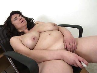 مثير ناضجة الأم مع كبير الثدي الطبيعية