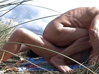 الرجل العجوز الملاعين له صديق الذكور في الكثبان الرملية