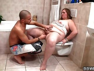 قرنية الرجل الملاعين مفلس سمنة في الحمام