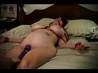 العبد فتاة مرتبطة السرير و ضرب إلى النشوة الجنسية
