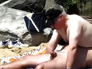 مثلي الجنس الدهون كبار السن رجل سخيف على الشاطئ