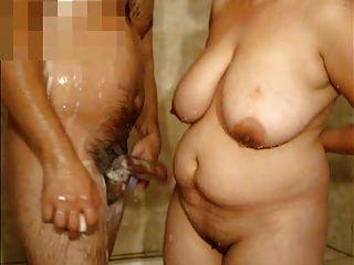 امرأة ناضجة مع كبير الثدي و أنا في ال دش