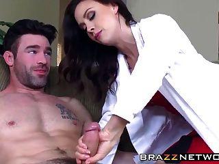 طبيب لطيف رعاية المريض لها