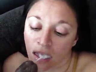 فتاة بيضاء غير قذرة جدا مع ديك أسود في فمها