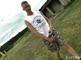 التشيكية صبي مع الديك ضخمة يحصل في الهواء الطلق هاندجوب