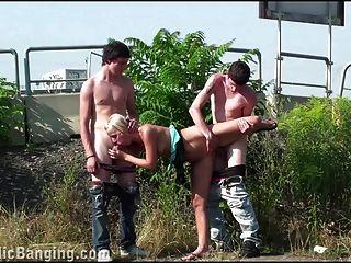 مجموعة من مراهقون جمهور مجموعة جنس جذاب شقراء تحول جنسى طقوس العربدة