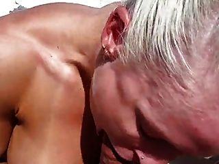 حار جدا عضلة امرأة مارس الجنس على قارب