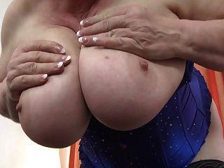 جدة مع ضخمة الثدي و أشعر قديم العضو التناسلي النسوي