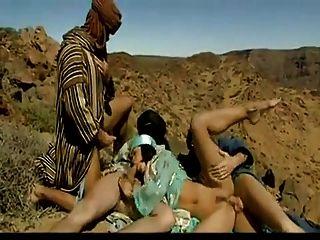 ثلاثة العرب الملاعين الساخنة العربية وقحة في الصحراء.