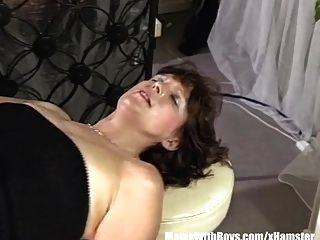 سمراء ناضجة بارتندر الشرج مارس الجنس من قبل العملاء
