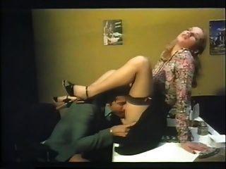 مكتب اللعنة مع بريجيت لاهاي حرق الاستحمام (1978) sc2
