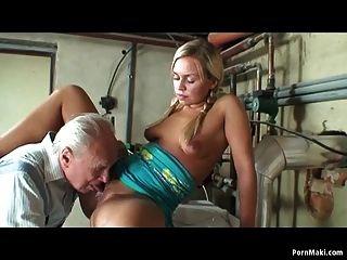 الجدة المصيد شقراء في سن المراهقة تمتص الجد الديك