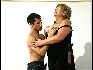 شقراء الجدة في جوارب يتحول على شاب