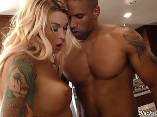 شقراء ترانزيستور أوبري كيت يحصل مارس الجنس من قبل رجل أسود