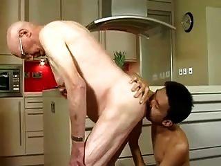 قديم رجل مارس الجنس بواسطة الآسيوية طرفة عين
