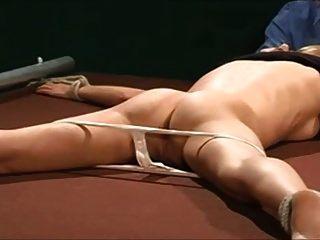 السجن الجلد بعد سراويل لها يتم سحبها لأسفل