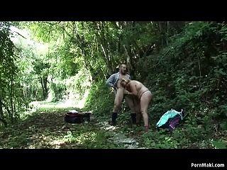 ببو جدة يحصل مارس الجنس في ال غابة