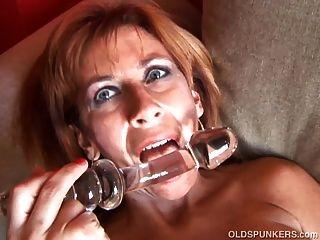 سوبر مثير سبونكر القديمة يحب أن يمارس الجنس معها تمرغ كس الرطب